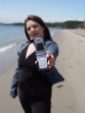 Vrouw met cellphone op strand royalty-vrije stock fotografie