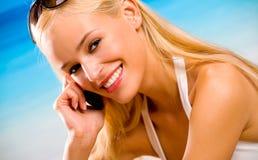 Vrouw met celtelefoon royalty-vrije stock afbeelding