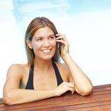 Vrouw met celtelefoon in pool Royalty-vrije Stock Foto