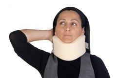 Vrouw met cervicale kraag Stock Afbeeldingen