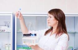 Vrouw met chemisch glaswerk Royalty-vrije Stock Foto