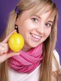 Vrouw met citroen Stock Afbeelding