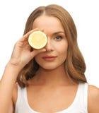 Vrouw met citroenplak Stock Afbeeldingen