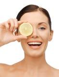 Vrouw met citroenplak Royalty-vrije Stock Foto's