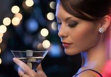 Vrouw met cocktail Stock Afbeeldingen