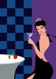 Vrouw met cocktail in een staaf in avondjurk Royalty-vrije Stock Afbeelding