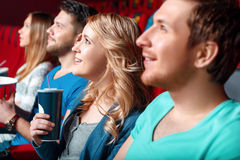 Vrouw met cokes in bioskoop tussen kijker stock afbeeldingen