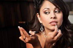 Vrouw met Compacte Van toepassing zijnde Lipgloss Royalty-vrije Stock Foto's