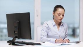 Vrouw met computer, documenten en calculator stock videobeelden