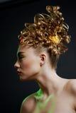 Vrouw met creativiteitkapsel met gekleurde butto Stock Foto's