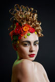 Vrouw met creativiteitkapsel met gekleurde knoop Stock Afbeelding