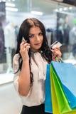 Vrouw met creditcard en het winkelen zakken royalty-vrije stock afbeeldingen