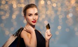 Vrouw met creditcard en het winkelen zakken Stock Afbeeldingen