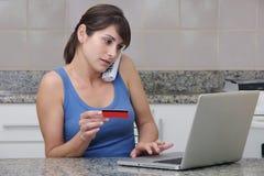 Vrouw met creditcard en laptop Stock Foto
