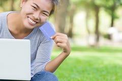 Vrouw met creditcard en laptop nieuwe levensstijl gemakkelijke betaling royalty-vrije stock afbeeldingen
