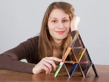 Vrouw met creditcardpiramide Stock Afbeeldingen
