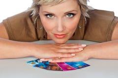 Vrouw met creditcards Stock Foto's