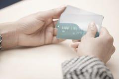 Vrouw met creditcards Royalty-vrije Stock Foto's