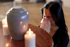 Vrouw met crematieurn bij begrafenis in kerk royalty-vrije stock fotografie