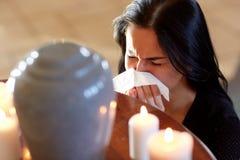 Vrouw met crematieurn bij begrafenis in kerk royalty-vrije stock foto's