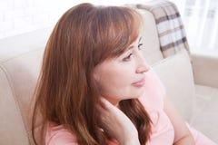 Vrouw met de achtergrond van de halspijn thuis Overgang en exemplaarruimte Selectieve nadruk Stock Afbeeldingen