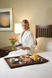 Vrouw met de Bediening op de kamer van het Hotel Royalty-vrije Stock Afbeeldingen