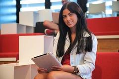 Vrouw met de computer van tabletpc Royalty-vrije Stock Foto