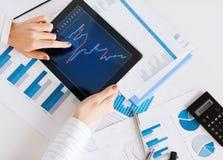 Vrouw met de documenten van de van tabletpc en grafiek Stock Afbeelding