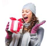 Vrouw met de Doos van de Gift van Kerstmis stock afbeelding