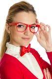 Vrouw met de glazen van de bowtieholding Stock Afbeeldingen