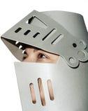 Vrouw met de helm van de ridder op het hoofd Stock Afbeeldingen