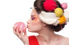 Vrouw met de kunst van het kleurengezicht in het breien stijl Stock Foto's