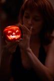 Vrouw met de lantaarn van Halloween Royalty-vrije Stock Fotografie