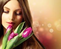 Vrouw met de Lentebloemen Stock Fotografie