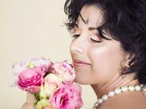 Vrouw met de lentebloemen Royalty-vrije Stock Afbeeldingen