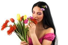 Vrouw met de lentebloemen Stock Afbeelding