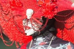 Vrouw met de make-up van de suikerschedel tijdens Dag van de Doden stock afbeeldingen
