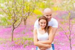 Vrouw met de mens in de lentepark Stock Foto