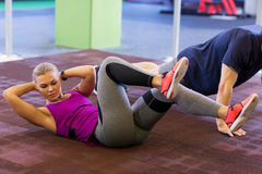 Vrouw met de mens die krul UPS en duw UPS in gymnastiek doen stock foto