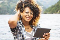 Vrouw met de tablet in de zomer royalty-vrije stock afbeelding