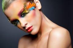 Vrouw met de valse make-up van veerwimpers Stock Foto's