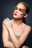 Vrouw met de valse make-up van veerwimpers Stock Foto