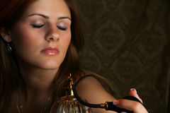 Vrouw met de Verstuiver van het Parfum stock fotografie