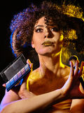 Vrouw met decoratieve schoonheidsmiddelen Het meisje houdt oogschaduw en borstel Royalty-vrije Stock Afbeelding