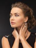 Vrouw met diamantoorringen Royalty-vrije Stock Afbeeldingen