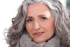 Vrouw met dik grijs haar Stock Afbeeldingen
