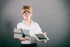 Vrouw met document en tablet Digitale opslag Stock Afbeelding