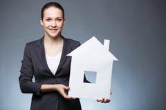 Vrouw met document huis Stock Afbeelding