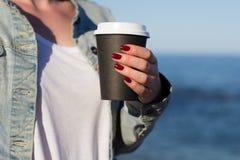 Vrouw met document kop van koffie royalty-vrije stock foto's