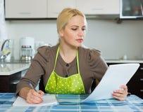 Vrouw met documenten Stock Foto